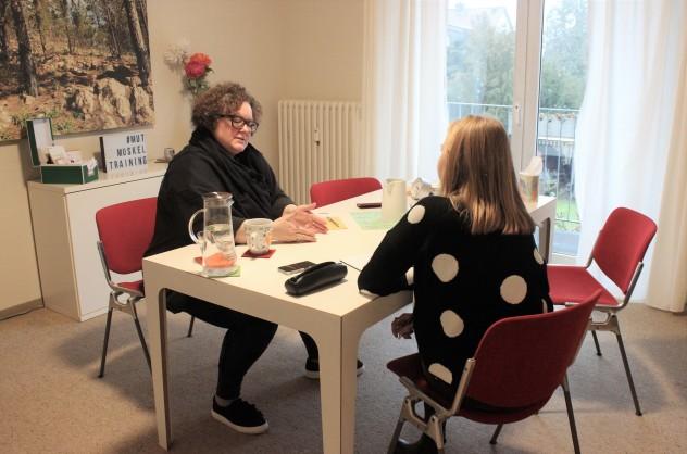 """Hier arbeitet und entwickelt Tanja Peters gemeinsam mit ihren Klienten """"mutige"""" Handlungsstrategien. (Foto: Theresa Thyen)"""