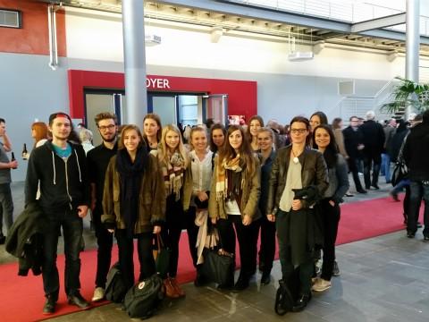 Dozentin Edith Dietrich (2. v.r.) mit Studierenden bei der RTL-Spendengala
