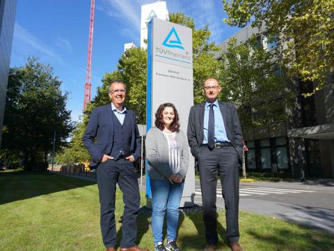 HMKW_Studentin V. Atherley mit onzernpressesprecher H. Müller-Gerbes und dem stv. Pressesprecher J. Meyer zu Altenschildesche