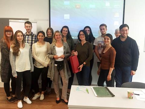 Studierende im TV-Journalismus-Kurs mit Gast Sabine Fricke und Prof. Dr. Bettina Lendzian.