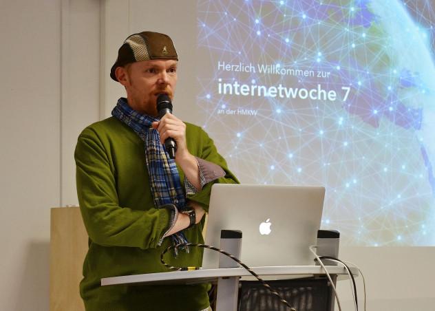 """Prof. Dr. Haarkötter bei der Einleitung zur Veranstaltung """"Das Internet der Zukunft in Journalismus und Design""""."""