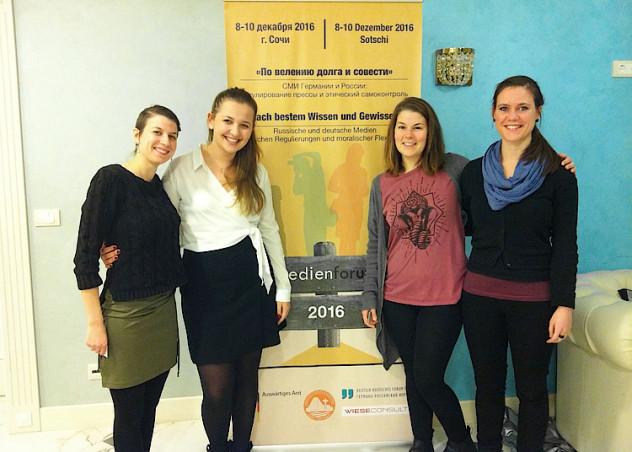 Die Wissenschaftliche Mitarbeiterin Johanna Wergen (r.) reiste mit den HMKW-Studentinnen Anna Molchanova (2. v. l.) und Alina Liertz (2. v. r.) nach Sotschi. Foto: Jana Danot