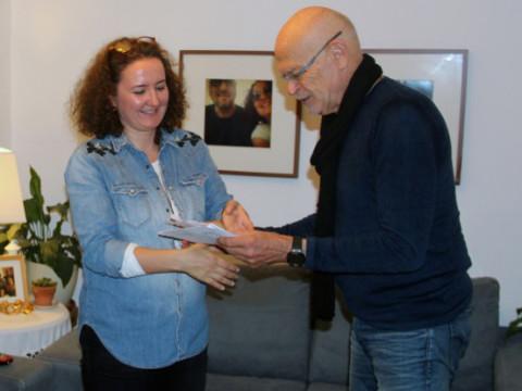 Günter Wallraff übergibt Yonca Verdigolu, Frau von Ahmet Sik, den Günter-Wallraff-Preis. Istanbul, 1 Oktober 2017